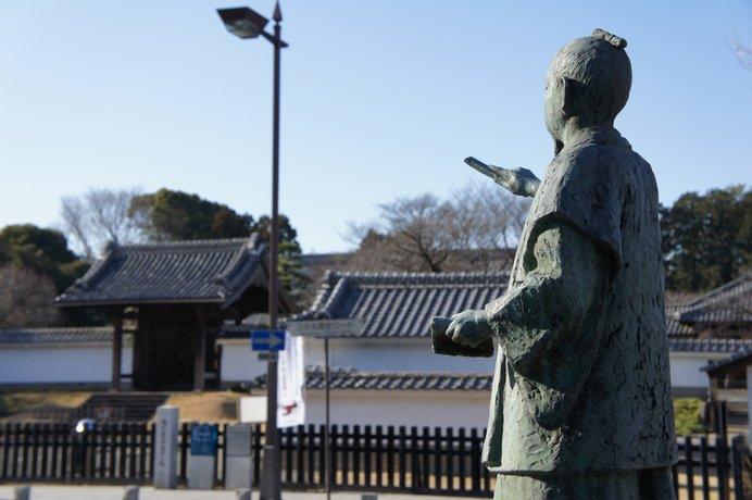 徳川斉昭の像と弘道館の正門