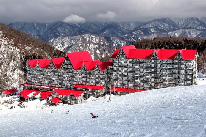 赤い屋根が銀世界に映える「ホテルグリーンプラザ白馬」は、白馬コルチナスキー場のランドマーク