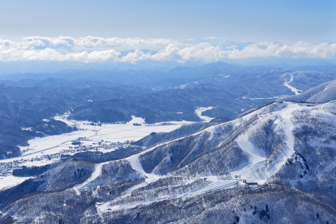 隣接する白馬五竜スキー場と共通券で行き来できるHakuba47