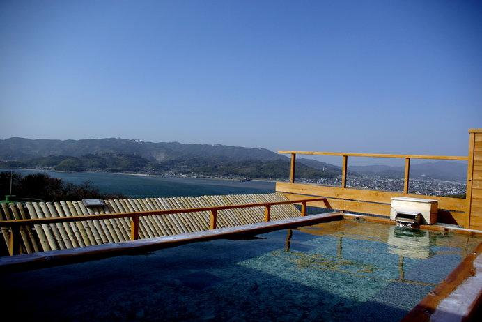 美白泉と言われる天然温泉。露天風呂で気分爽快!