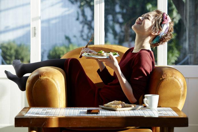 よく噛んで食事することが幸福感につながるかも……