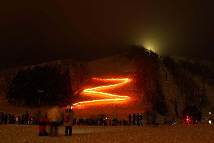 花火やたいまつ滑走が白銀の世界に映える湯沢中里スノーリゾート「中里スノーカーニバル」