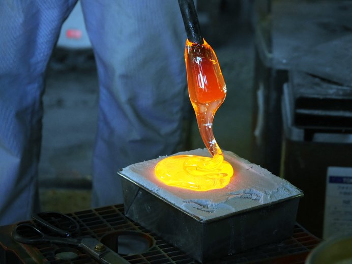 ドキドキの吹きガラス体験(写真はイメージです)