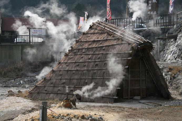 湯の花をつくっている藁葺の小屋