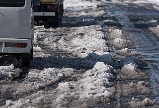 そろそろ雪どけ。ジャブジャブの道路、屋根からの落雪。雪の後始末が始まる…