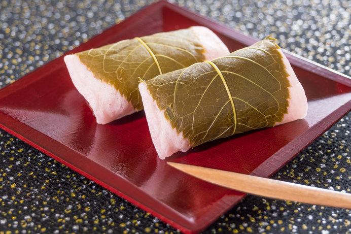 関東風の長命寺桜もちは、水溶きの小麦粉を焼いて巻く。江戸時代からの味