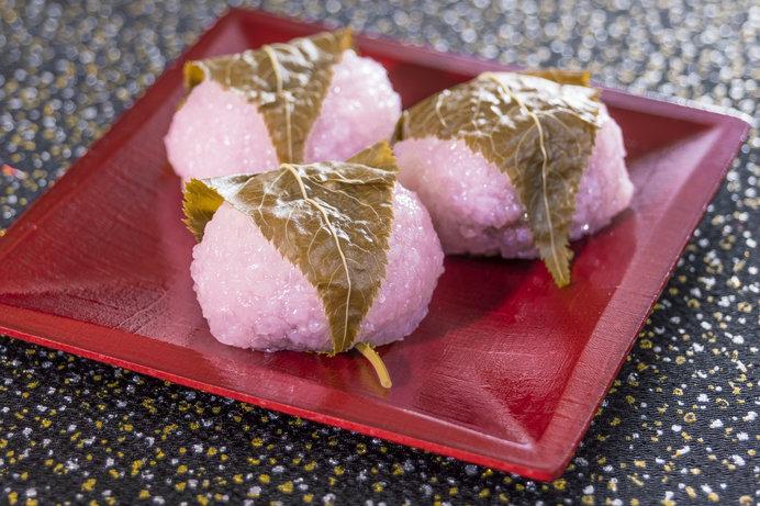 関西風は、もち米から作られた道明寺粉でくるむ