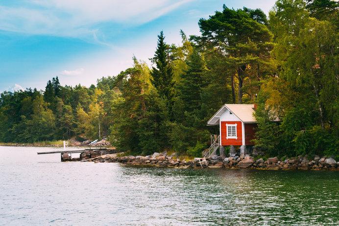 湖のほとりに佇むサウナ小屋