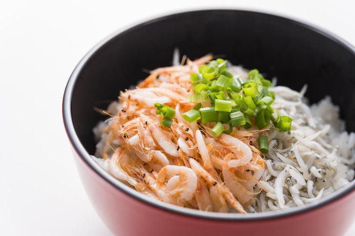 名物の「釜揚げ紅白丼」を食べよう(画像はイメージ)