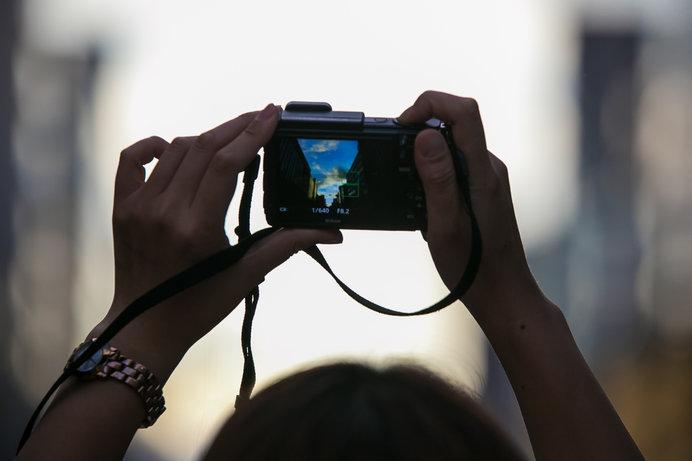 誰かが撮影しているディスプレイを撮る(フレームインフレーム)