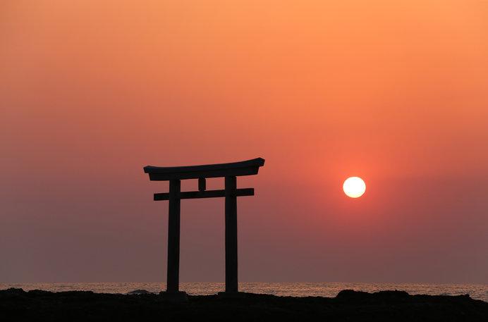 """""""神界のゲート""""とも呼ばれる「神磯の鳥居」は絶景のパワースポット"""