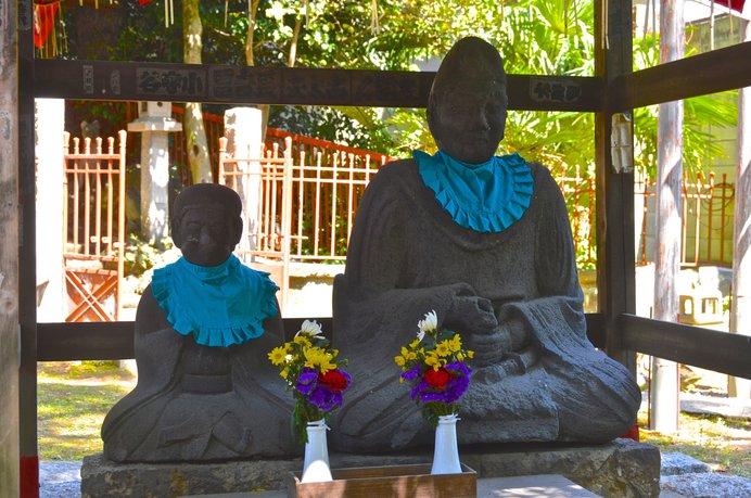 三囲神社の老翁・老嫗の石像