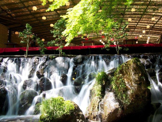 川面に触れられるような近さが魅力の貴船川床で京料理を!