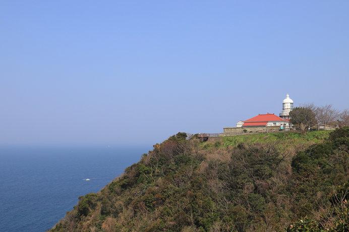 島根半島 美保関灯台〔地蔵崎 波路のはての 海の気の かげろうとのみ 見ゆる隠岐かな〕