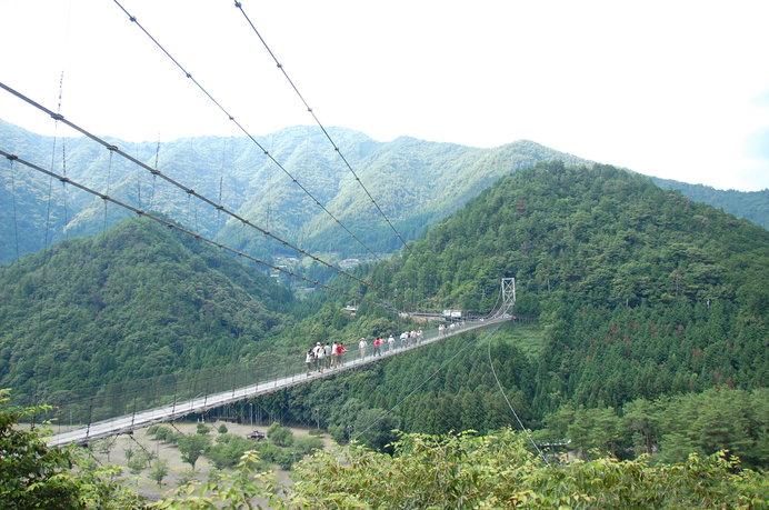 迫力満点!壮大な自然に囲まれた十津川村の「谷瀬の吊り橋」で「揺れ太鼓」