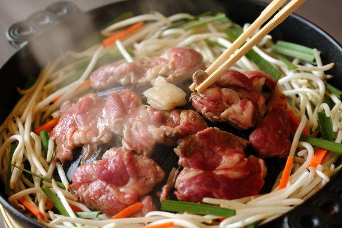 """羊肉の肉汁で野菜をいただく""""ジンギスカン"""""""