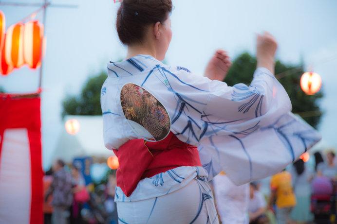 自分で踊るもよし、人の踊りを観るもよし ※画像はイメージ
