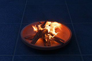 盆の送り火は静かにゆっくりと心をこめて先祖を送ります