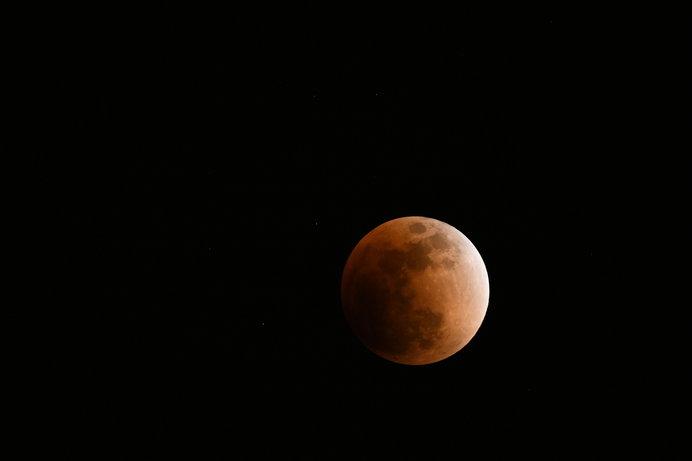 今年1月31日の皆既月食の写真。月の色が赤黒いのが分かる