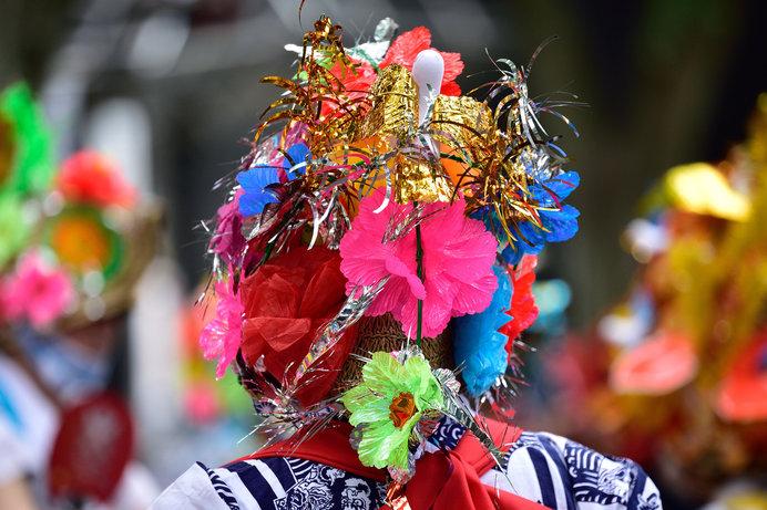 「青森ねぶた祭」に踊り手として参加する「ハネト」