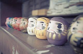 「だるま」や「赤べこ」長い歴史の民芸品・郷土玩具がブームに!?
