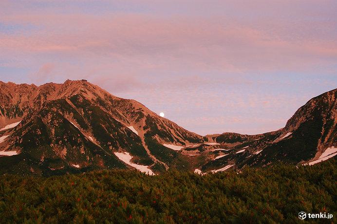 室堂付近からみた、夕焼け色に染まる立山と月