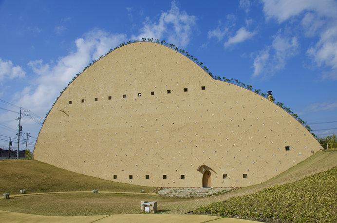 タイル原料を掘り出す「粘土山」風のユニークな外観は、建築家・藤森照信氏の設計