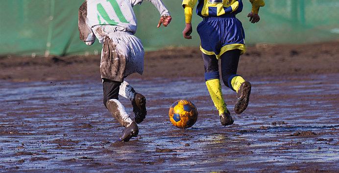 泥だらけでもボールを追いかけます