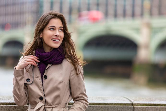 ウェストミンスター橋(ロンドン・テムズ川)に佇む女性