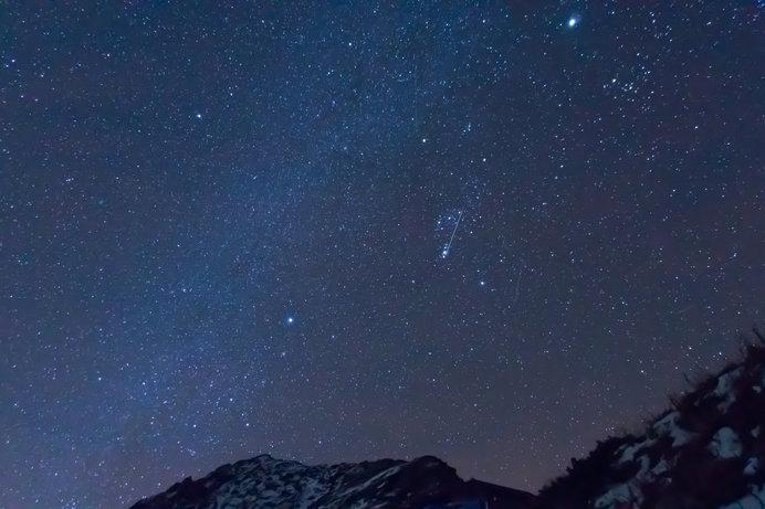 夜空を眺めていれば、流星群が見られるかも!