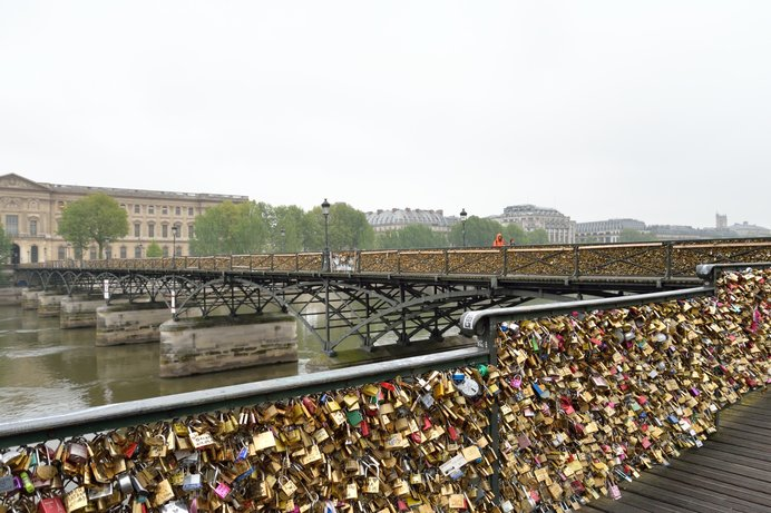 文字通り「愛」の重さで、崩壊寸前となったポンテザール橋