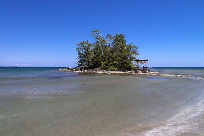 日本海に面した恋路海岸。美しい海岸線は「えんむすビーチ」と呼ばれているそう