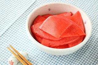 「赤カブ」の漬け込み最盛期。日本各地の真っ赤な漬け物
