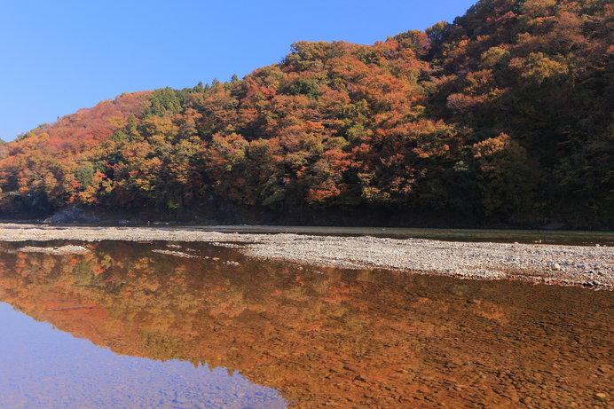川面に映る紅葉が美しい那珂川
