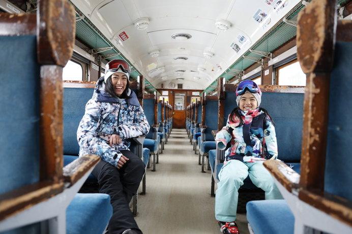 本物のブルートレイン客車を使った無料休憩所がある「湯沢中里スノーリゾート」(新潟)