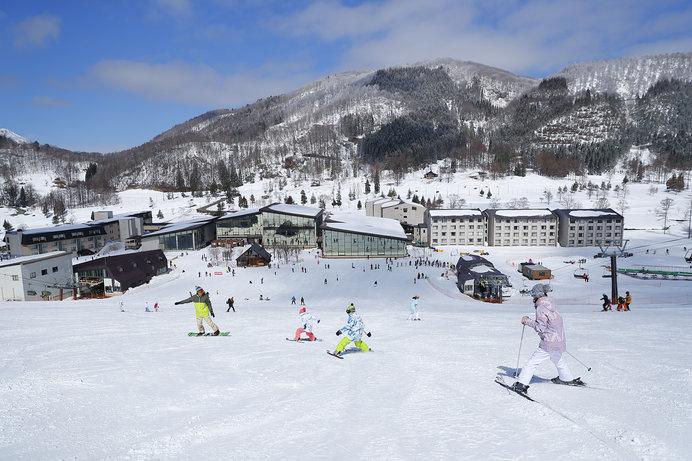 ゲレンデから滑り込む形でスキーイン&アウトが可能な「ホテルタングラム」