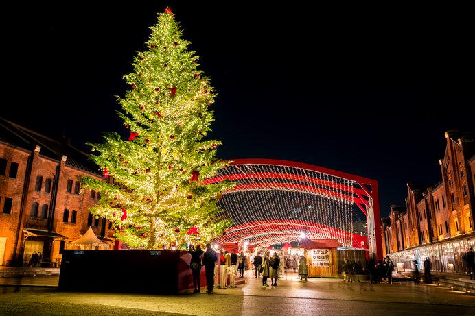 クリスマス雑貨やドイツ雑貨なども並びマーケットのにぎやかさを演出!