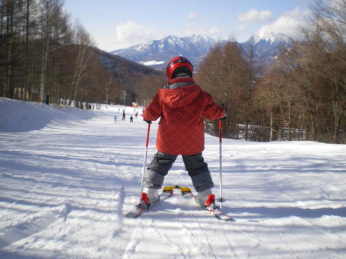 初心者がまずマスターしたいボーゲン、しっかりスキー板を「ハ」にしましょう!※画像はイメージ
