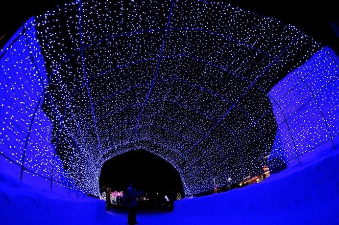 「十和田湖冬物語」へ続く光のトンネル