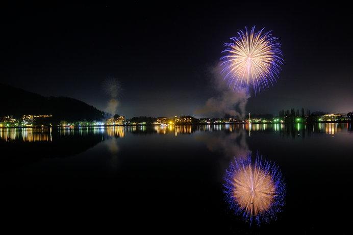 河口湖の湖上に映る「逆さ花火」もきれい!