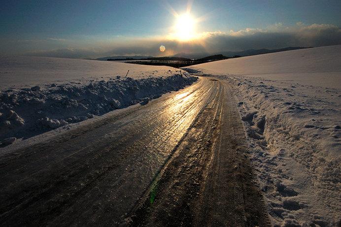 凍結した路面では細心の注意が必要