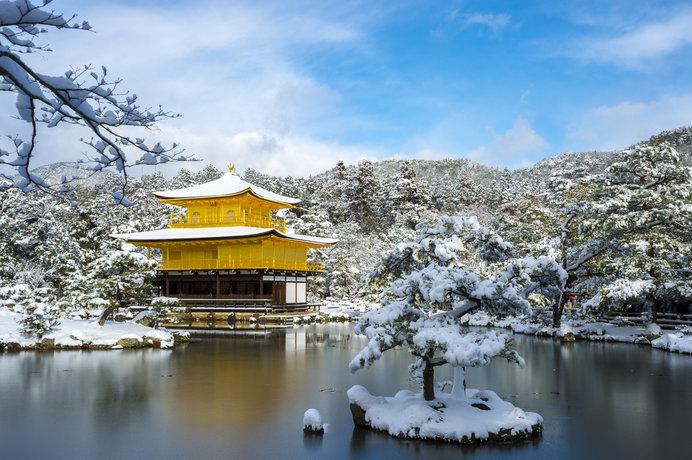 絵画のような美しさ、雪化粧の金閣寺