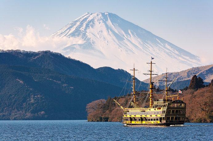 芦ノ湖からの雄大な雪景色の富士山