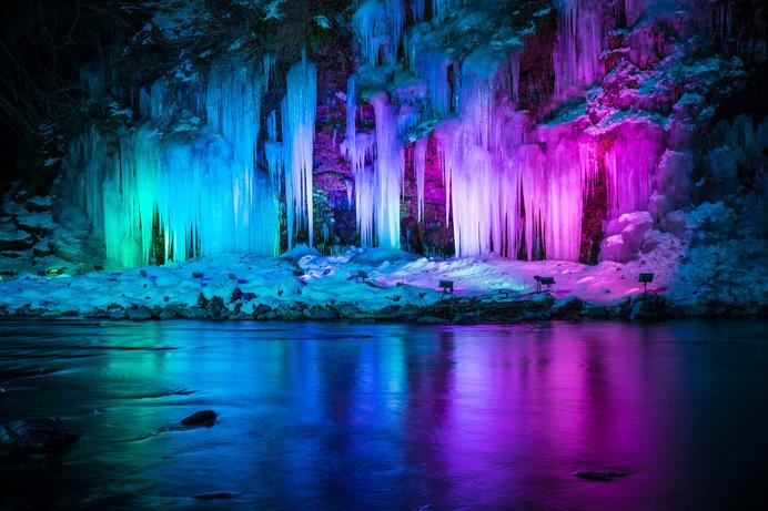 ライトアップされた幻想的なで妖艶な三十槌の氷柱