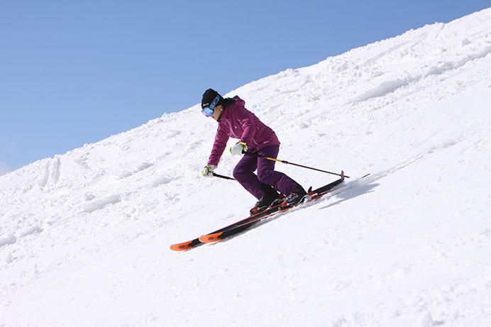 軽くてしっかり滑れるスキーで女性も快適!