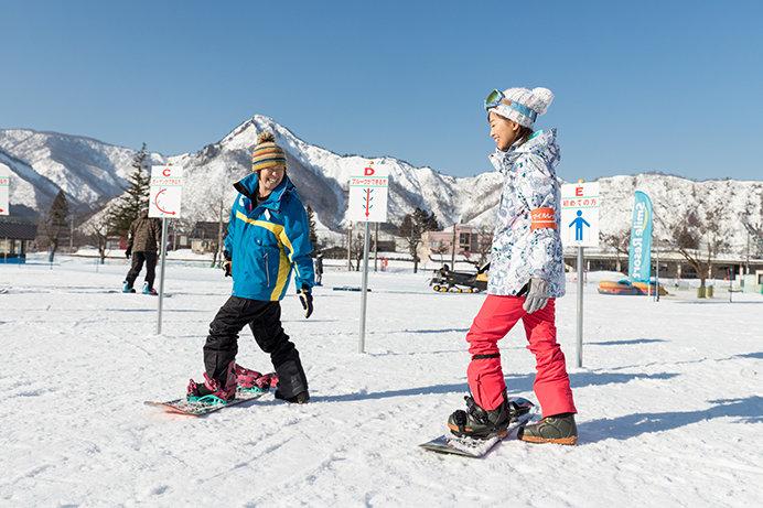 パパ・ママも受講可能な「スマイルレッスン」でスノーボード体験をしよう!