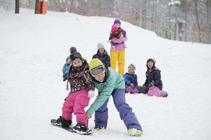 ゲレンデ内のスノーエスカレーターを有効活用したレッスンが人気の「スクールオブスノーボード」(軽井沢スノーパーク)