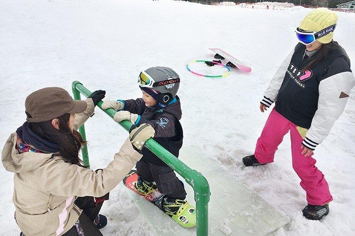 子供の遊び心をつかむ「ヒキダスアイテム」が人気の「ヒキダス!Kidsスノーボードアカデミー」(舞子スノーリゾート)