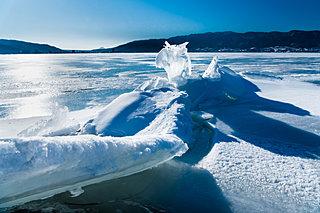 冬の諏訪湖で起きる神秘「御神渡り(おみわたり)」