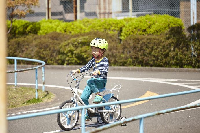 まずは補助輪つき自転車で、基本操作を身につけましょう!